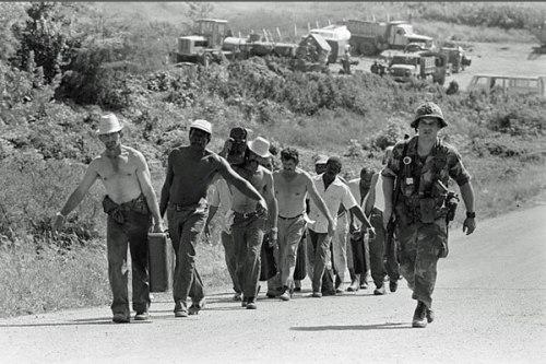 Soldados norteamericanos trasladan a los cubanos a un campo de prisioneros.