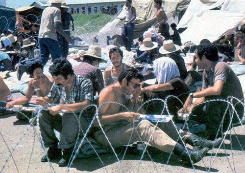 Cubanos reciben su ración de comida en un campo de prisioneros en Granada, en octubre de 1983.