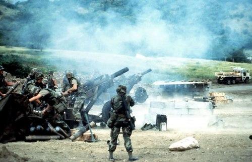 Fuerzas norteamericanas bombardean con obuses las posiciones cubano-granadinas en octubre de 1983.